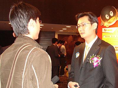 组图 腾讯CEO马化腾在会后接受采访