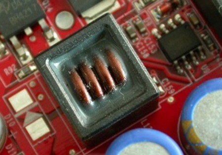 通常情况下,内存的供电电路也是由电容,电感线圈,场效应管这三大部分